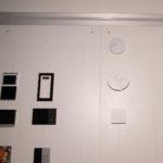 Tastsensor von Merten mit RTR und darunter der Ekinex Raumcontroller und Ekinex RTR. Rechts ist schönde Technik zu sehen. Ein Umweltsensor von Elsner, Gira Rauchmelder und ein Eno 634.